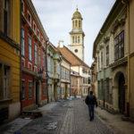 Historische Fassaden in der Altstadt von Sopron mit Blick auf die Evangelische Kirche