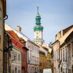 Historische Fassaden in der Altstadt von Sopron mit Blick auf den Feuerturm