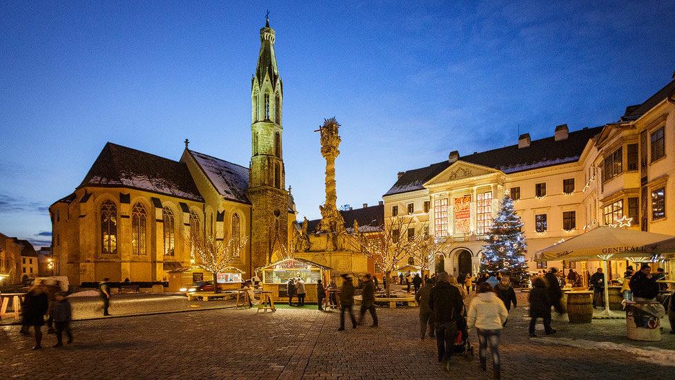 Hauptplatz von Sopron mit Ziegenkirche und Weihnachtsmarkt
