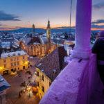 Aussicht vom Balkon des Feuerturms auf den Hauptplatz und die Stadt Sopron in der Abenddämmerung