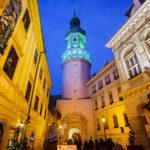 Der beleuchtete Feuerturm, links das Storno-Haus und rechts das Rathaus von Sopron