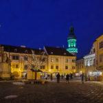 Der Hauptplatz von Sopron mit dem beleuchteten Feuerturm