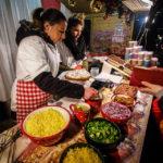 Am Weihnachtsmarkt von Sopron wird der Langos mit Zutaten nach Wahl belegt