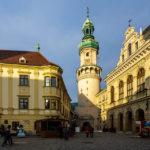 Rechts das Rathaus von Sopron, in der Mitte der Feuerturm und links das Storno-Haus