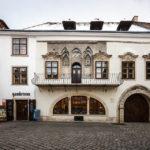 Außenansicht des Gambrinushaus auf dem Hauptplatz von Sopron