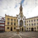 Der Marienbrunnen auf dem Ursulinenplatz mit der Ursulinenkirche im Hintergrund
