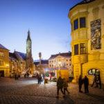 Die beleuchtete Ziegenkirche auf dem Hauptplatz von Sopron
