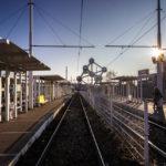 Das Atomium von der Straßenbahnstation Heysel aus gesehen