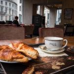Zwei Schinken-Käse-Croissants und ein Capucchino in der Bäckerei Paul