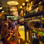 Innenansicht der Bar des Amis in Brüssel