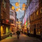 Die abendlich beleuchtete Rue des Bouchers in der Altstadt von Brüssel
