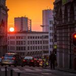 Intensiver Sonnenuntergang in der Innenstadt von Brüssel
