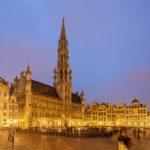 Der beleuchtete Grand-Place mit dem Rathaus von Brüssel
