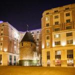 Außenansicht des Hotel Novotel Brussels City Centre mit dem historischen Festungsturm Zwarte toren