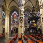 Bunte Fenster und die Holzkanzel in der Kathedrale St. Michael und St. Gudula