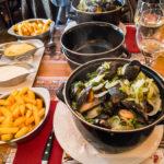 Moules frites im Restaurant Le Zinneke in Brüssel