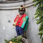 Die eingekleidete Bronzefigur Manneken-Pis