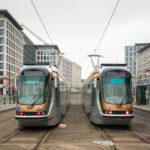 Zwei Straßenbahnen auf dem Place Poelaert in Brüssel