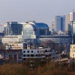 Blick auf das EU-Viertel in Brüssel vom Dach des Triumphbogens (Arcades du Cinquantenaire)