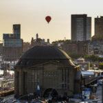 Ein Heißluftballons über dem Gebäude des Alten Elbtunnels