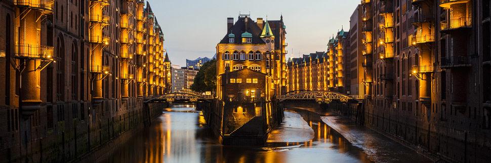 Die beleuchtete Speicherstadt in Hamburg