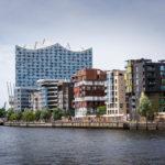 Wohnhäuser der Hafencity und die Elbphilharmonie im Juli 2017