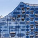 Fensterputzer an der Fassade der Elbphilharmonie