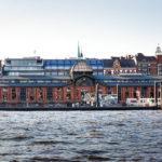 Die historische Fischauktionshalle während einer Hafenrundfahrt aus gesehen