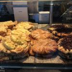Variationen von Franzbrötchen in einer Bäckerei