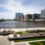 Menschen entspannen auf den Marco-Polo-Terrassen in der HafenCity