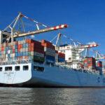 Das Containerschiff Cosco Yantian im Hamburger Hafen während einer Hafenrundfahrt