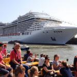Das Kreuzfahrtschiff MSC Splendida während einer Hafenrundfahrt