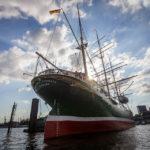 Das Museumsschiff Rickmer Rickmers während einer Hafenrundfahrt