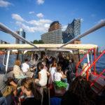 Blick auf die Elbphilharmonie während einer Hafenrundfahrt