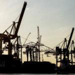 Kran-Silhouetten im Hamburger Hafen während einer Hafenrundfahrt