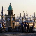 Die Aussichtsplattform Stintfang mit Blick auf die Landungsbrücken und den Hafen