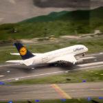 Ein Airbus A380 hebt auf dem Flughafen in der Modelleisenbahn Miniatur Wunderland ab