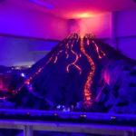 Der ausbrechende Vulkan Vesuv im Italien-Abschnitt in der Modelleisenbahn Miniatur Wunderland