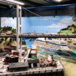 Ein Kreuzfahrtschiff im Hafen in der Modelleisenbahn Miniatur Wunderland