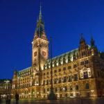 Das beleuchtete Hamburger Rathaus