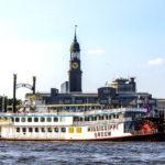 Blick auf den Hamburger Michel (Hauptkirche St. Michaelis) während einer Hafenrundfahrt