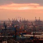 Blick auf den Hamburger Hafen während eines Sonnenuntergangs vom Michel (Hauptkirche St. Michaelis) aus gesehen