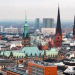 Blick auf das Hamburger Rathaus vom Michel (Hauptkirche St. Michaelis) aus gesehen