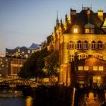 Blick auf das Wasserschloss und die Elbphilharmonie in der Hamburger Speicherstadt