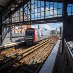 Eine U-Bahn der Linie U3 fährt in die Station Baumwall ein