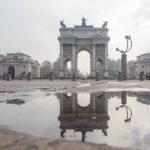 Spiegelung des Friedensbogens Arco della Pace in Mailand