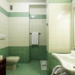 Bad im Doppelzimmer im Hotel Raffaello in Mailand