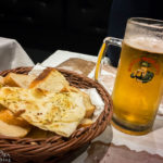 Brotkorb und Moretti-Bier in der Pizzeria Buona Forchetta