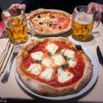 Pizza Bufala und Pizza Quattro Stagioni in der Pizzeria Di Gennaro