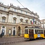 Straßenbahn vor dem Opernhaus Teatro alla Scala